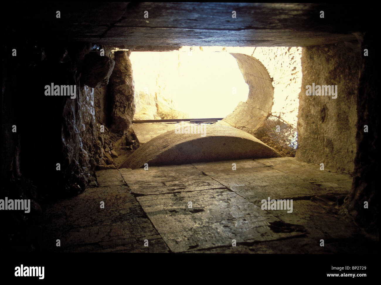 1393. JERUSALEM, A BURIAL CAVE WITH A 'ROLLING STONE' GATE, TRADITIONALY KNOWN AS AS 'HEROD'S TOMB' - Stock Image