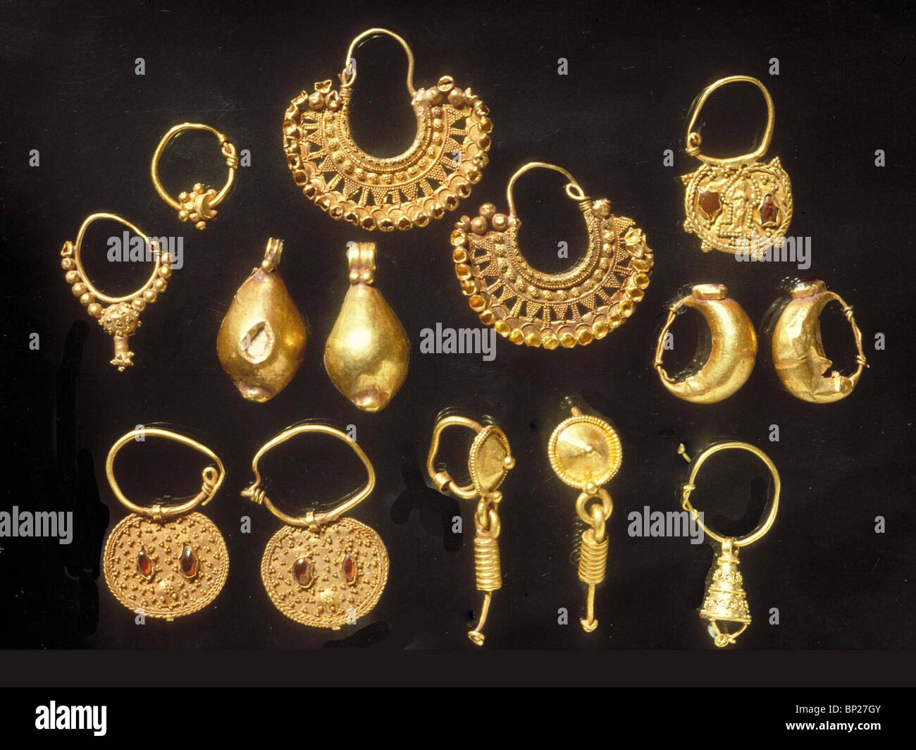 848. MEMPHIS (NORTHERN NEGEV), GROUP OF GOLDEN EARRINGS, BYZANTINE Stock Photo