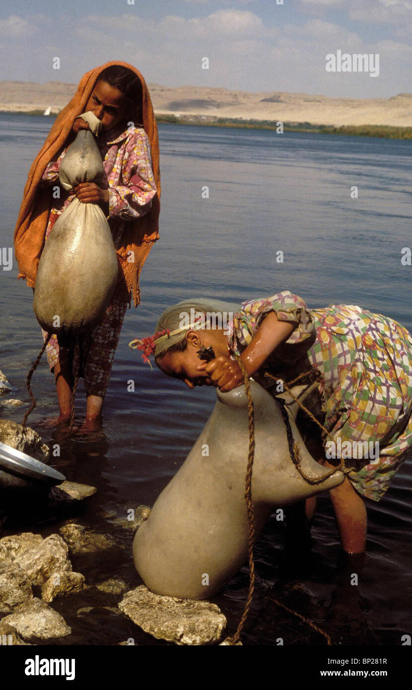 1768. PREPARING AND CLEANING GOAT-SKINS WHICH ARE USED AS LIQUID CONTAINERS FOR WATER OR WINE, NILE, EGYPT - Stock Image