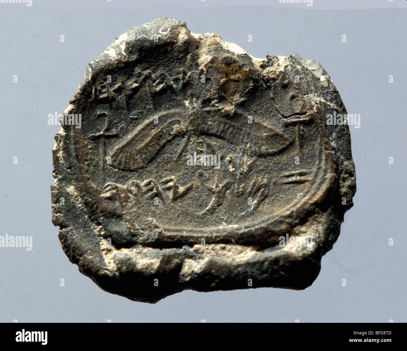 2346. BULAE (CLAY SEAL) INSCRIBED IN ANCIENT HEBREW; 'TO HEZEKIAH (SON OF) AHAZ KING (OF) JUDEA' DATING - Stock Image