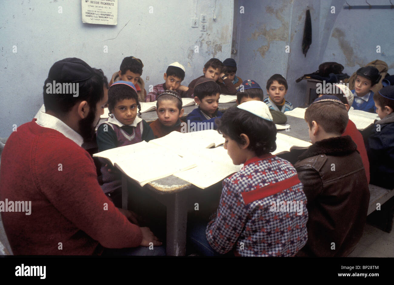 CHILDREN STUDYING THE TORAH IN A 'HEDER' (RABINICAL CLASS) IN JERUSALEM 2347 CHILDREN STUDYING THE TORAH - Stock Image