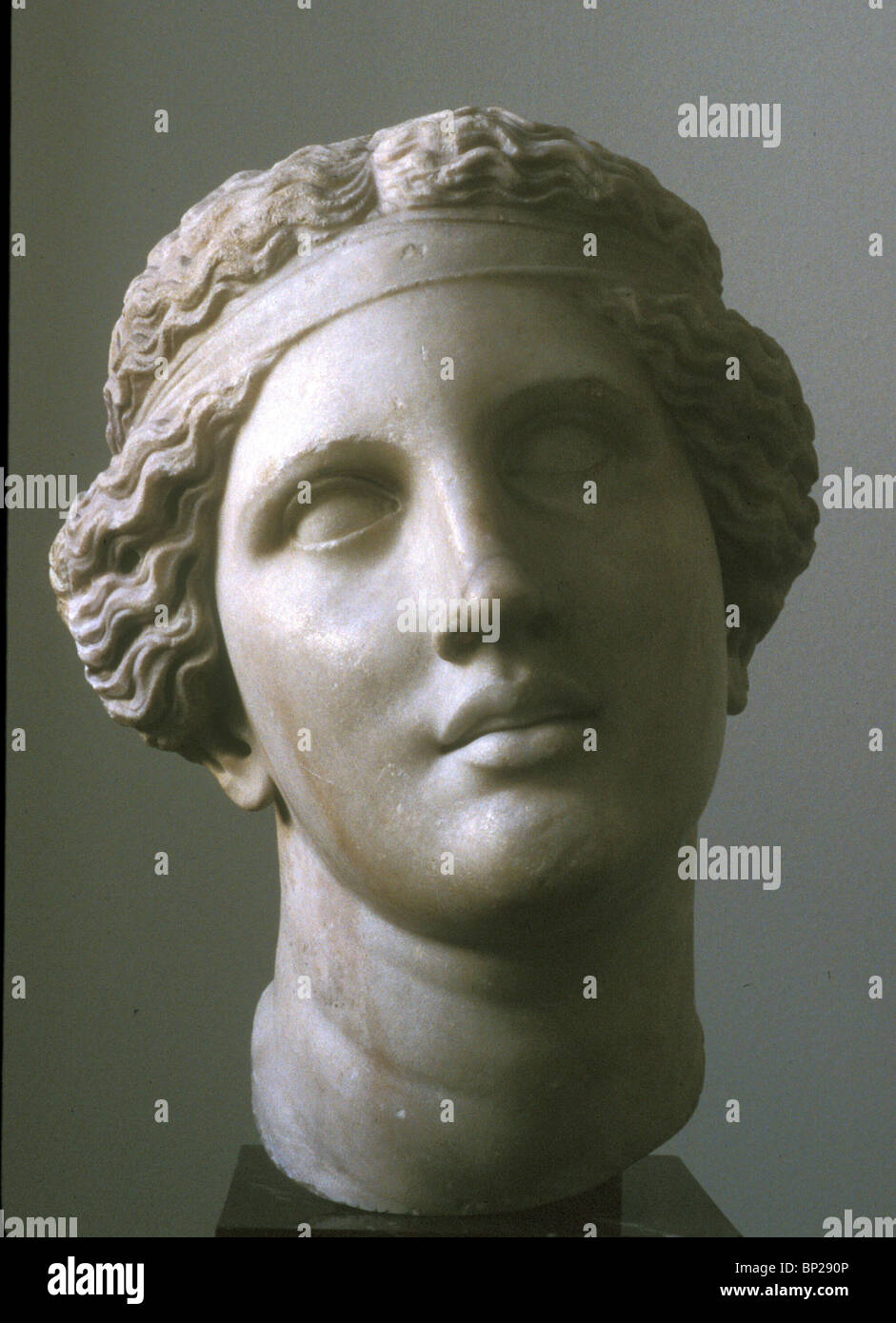 2458. MARBLE STATUTE OF A ROMAN LADY WITH A VERY SPECIAL HAIRSTYLE - Stock Image
