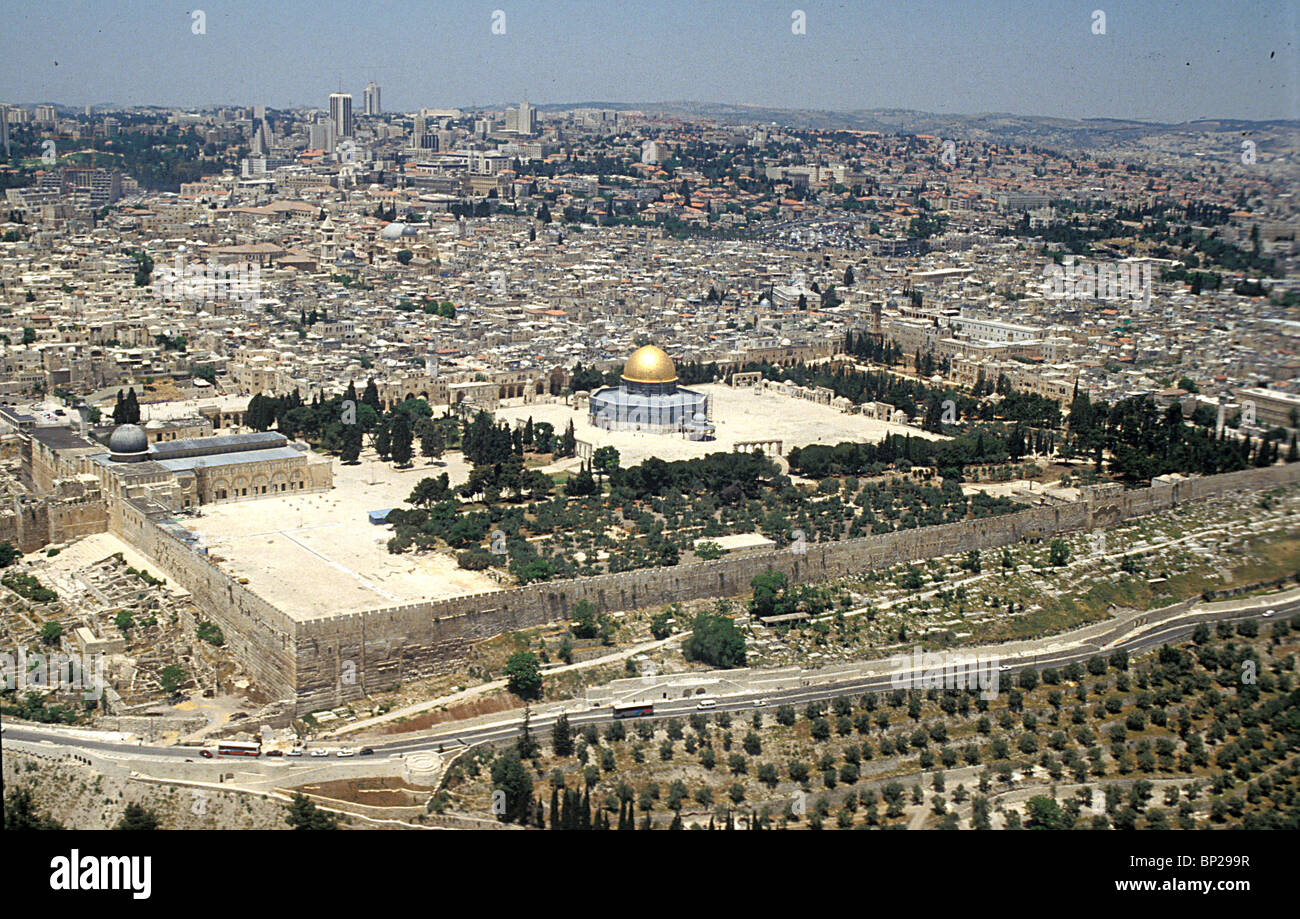 JERUSALEM - AERIAL VIEW FROM SOUTH/EAST WITH THE TEMPLE MOUNT & THE MOSQUE OF OMAR IN THE CENTER. ON THE LEFT - Stock Image