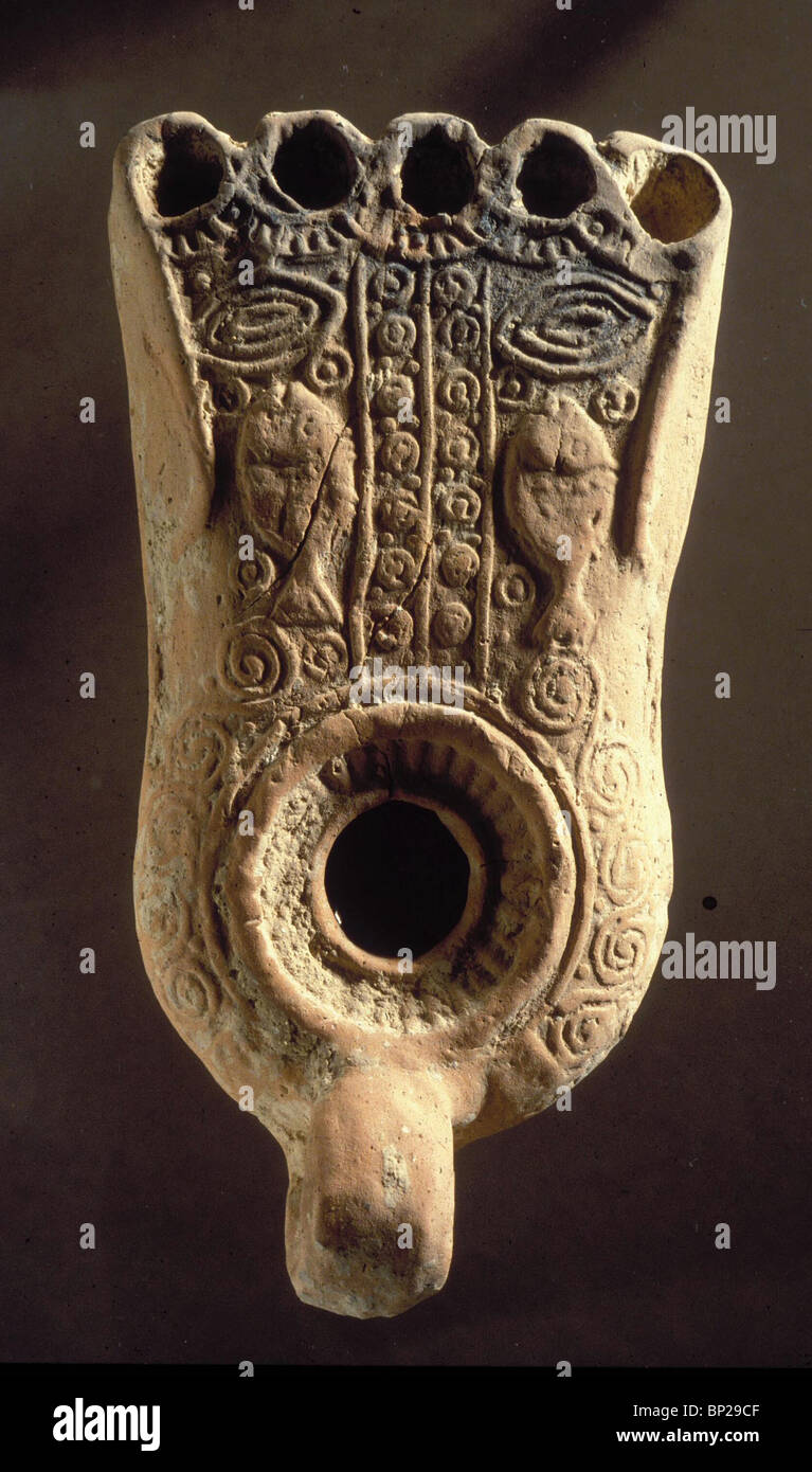 2918. EARLY-BYZANTINE OIL-LAMP WITH THE CHRISTIAN SYMBOL OF FISHES - Stock Image