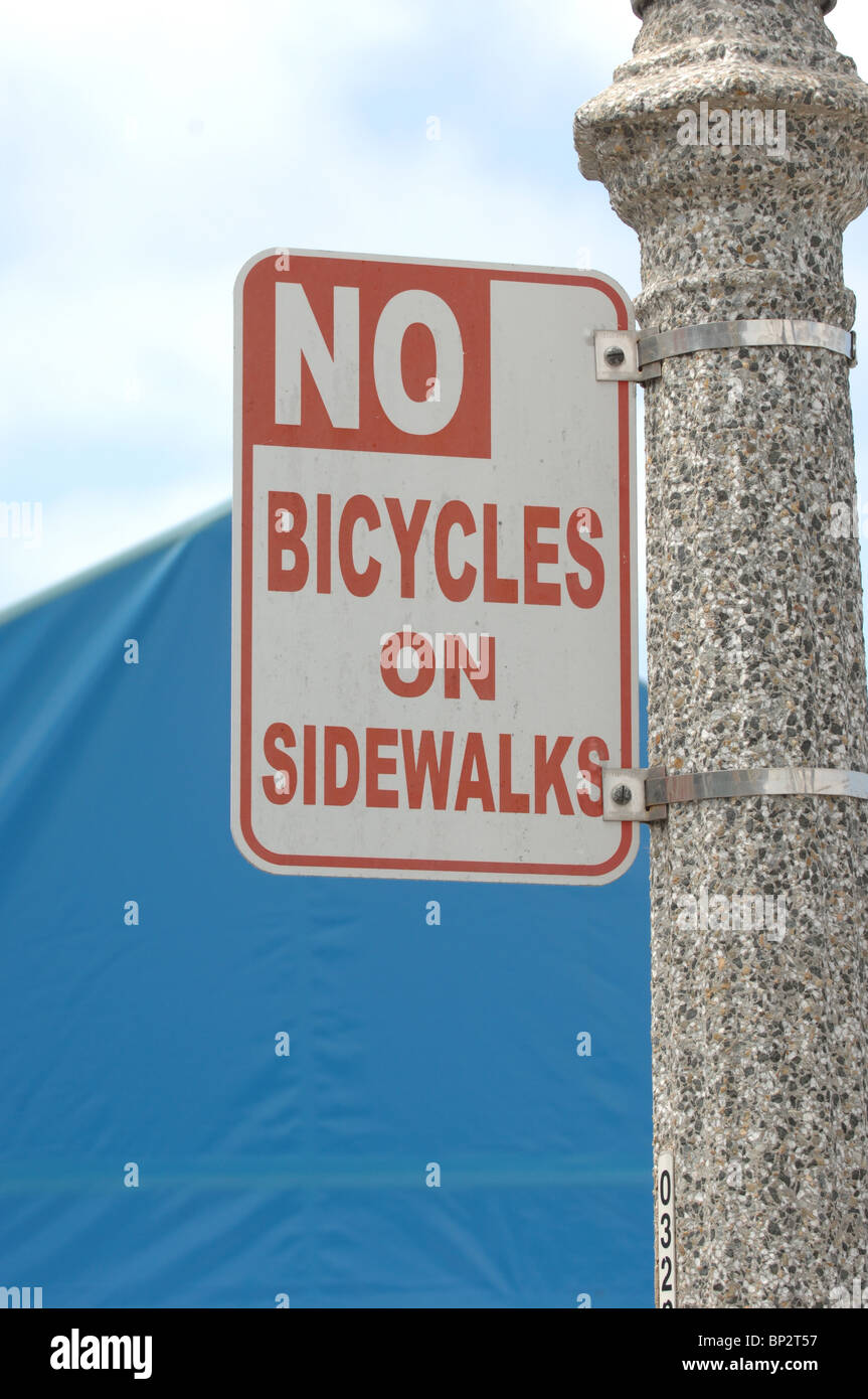 Sign prohibits bicycles on sidewalks - Stock Image