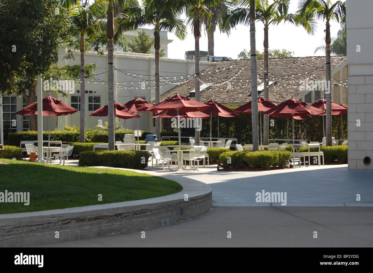 Outdoor café at Chapman University, California. - Stock Image