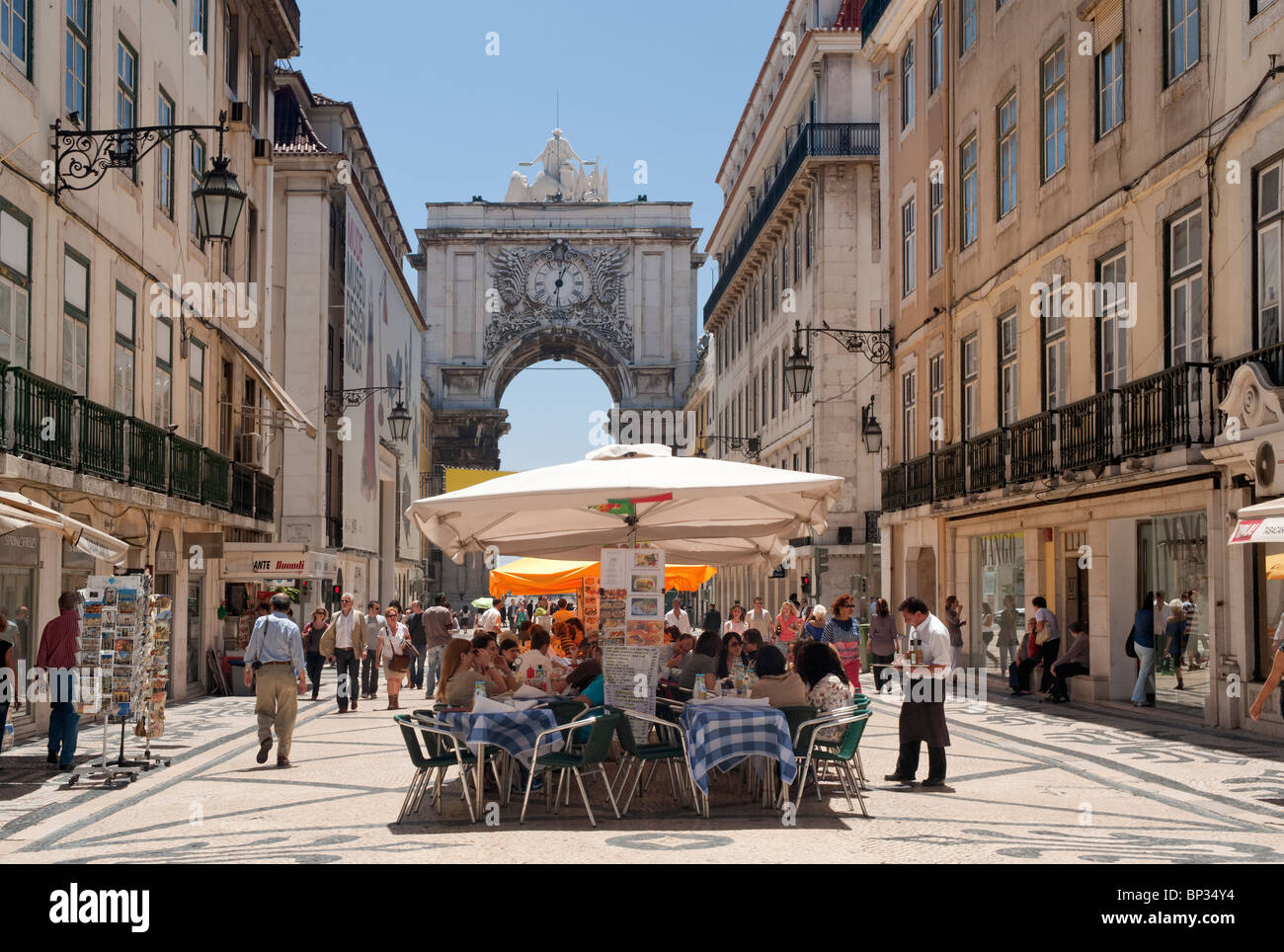 Portugal, Lisbon, The Baixa district, Rua Augusta at lunchtime with the triumphal arch - Stock Image