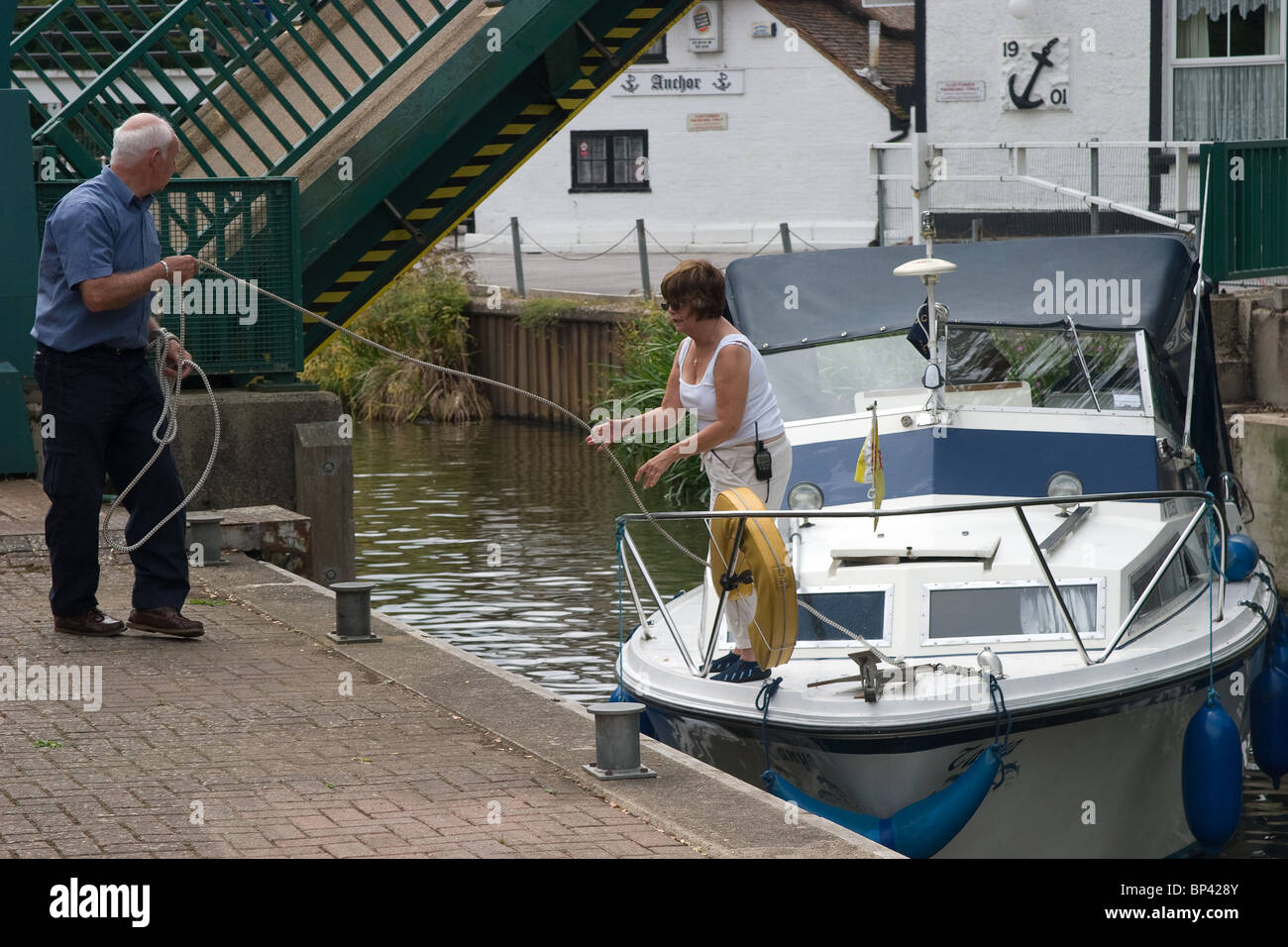 couple mooring rope leisure boat boating boaters - Stock Image