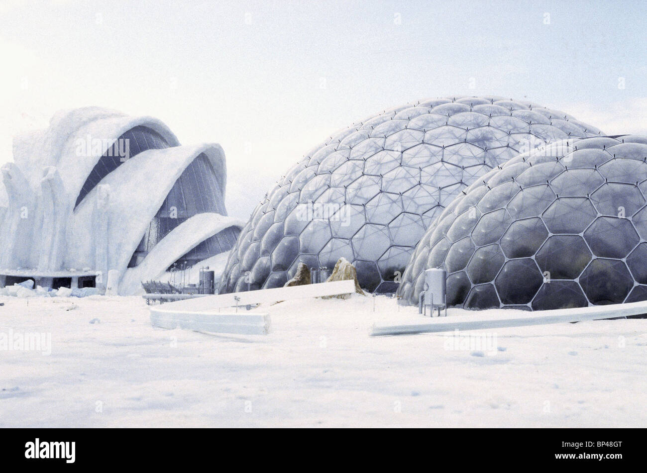 OUTSIDE THE ICE PALACE JAMES BOND 20: DIE ANOTHER DAY (2002) - Stock Image
