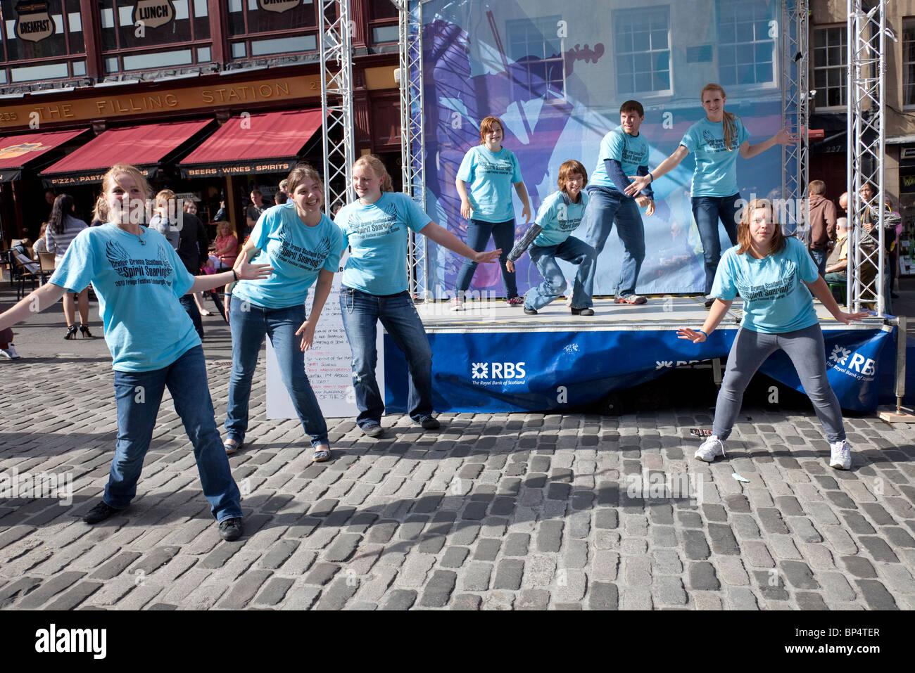 American teenagers promoting their drama 'Spirit Soaring', in the Royal Mile/High Street as part of Edinburgh - Stock Image