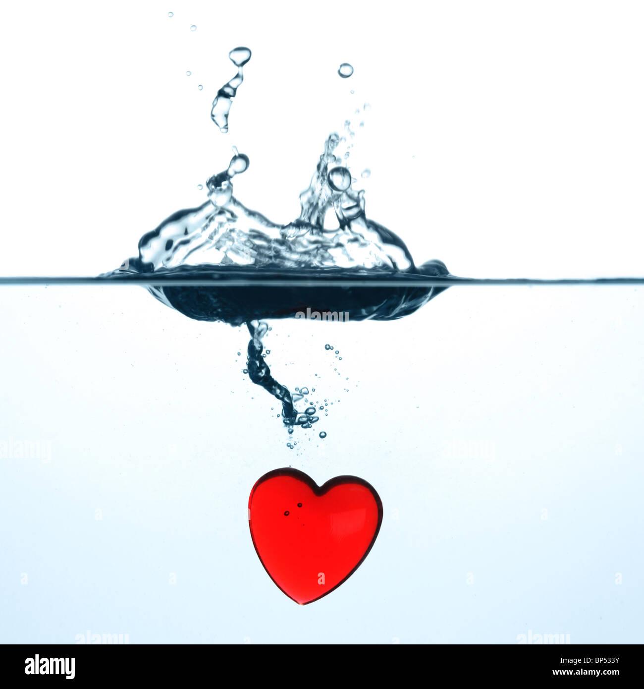 Wasseroberfläche mit Splash und eingetauchtes rotes Herz Stock Photo