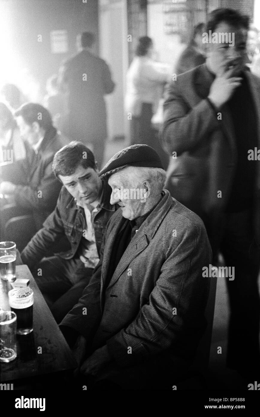Men having a lunch time drink Glasgow Pub Scotland 1979 HOMER SYKES - Stock Image
