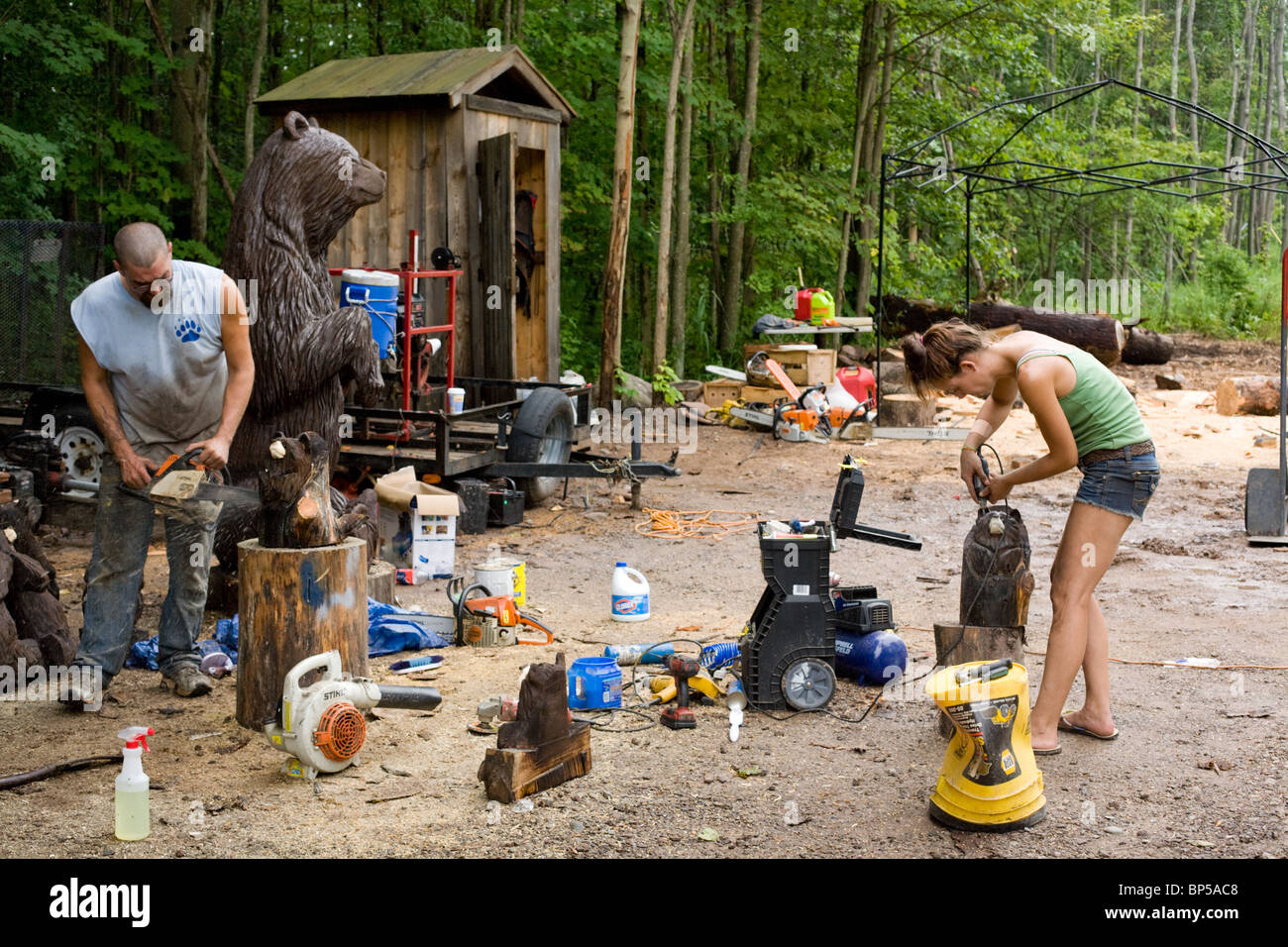 Man and woman make carved bears to sell by Oneida Lake, central New York State - Stock Image