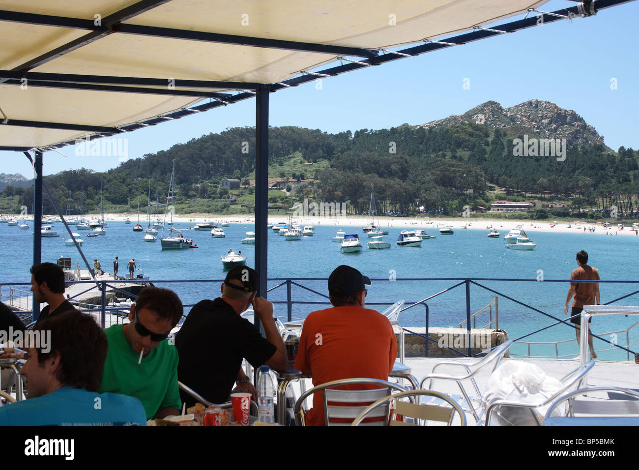 People at outdoor cafe tables of restaurant on beach, Isla de Monte Faro, Islas Cies, Vigo, Galicia, Spain, beach - Stock Image