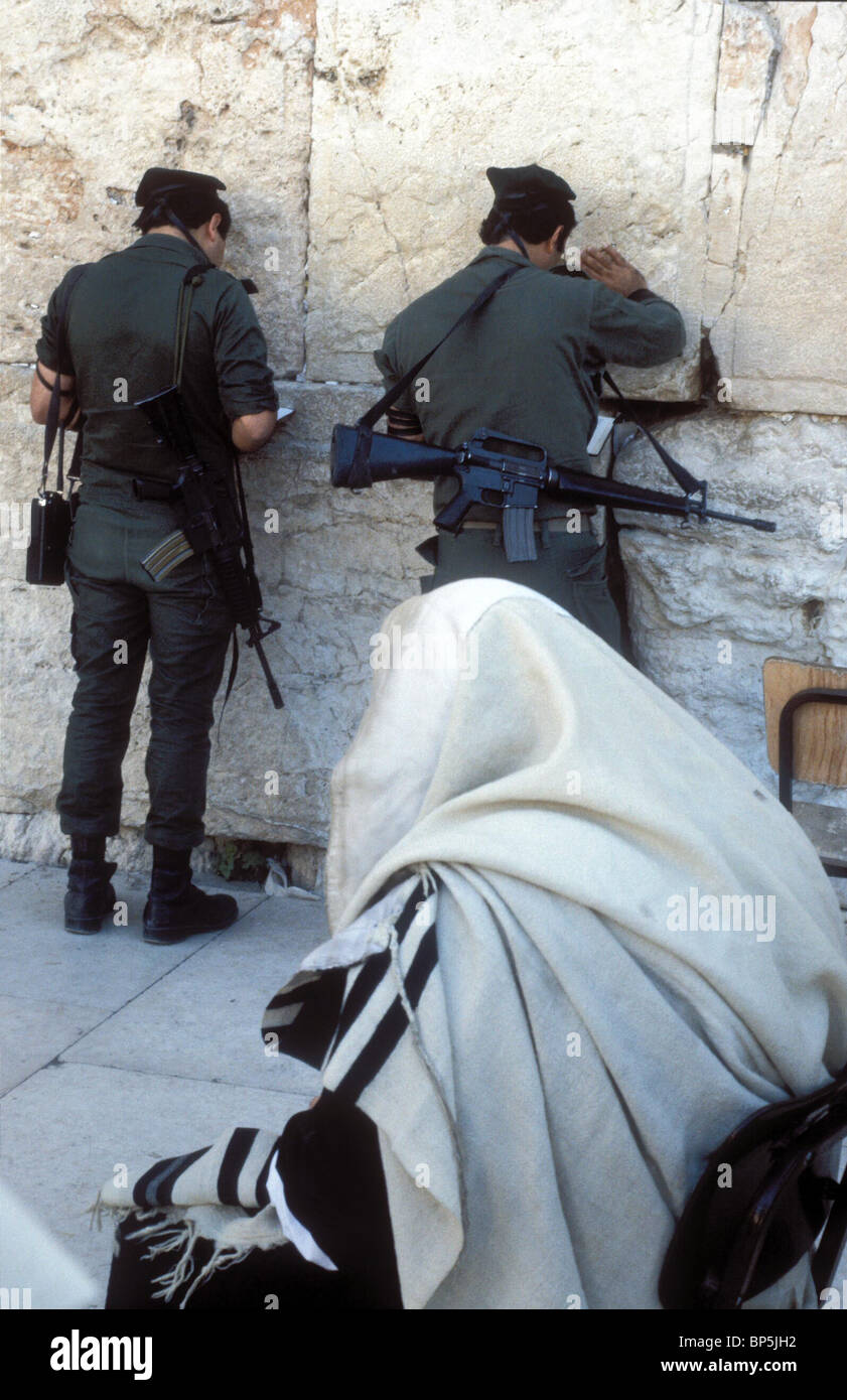 3940. ISRAELI SOLDIERS WEARING PHILACTERIES PRAYING AT THE WESTERN WALL - Stock Image