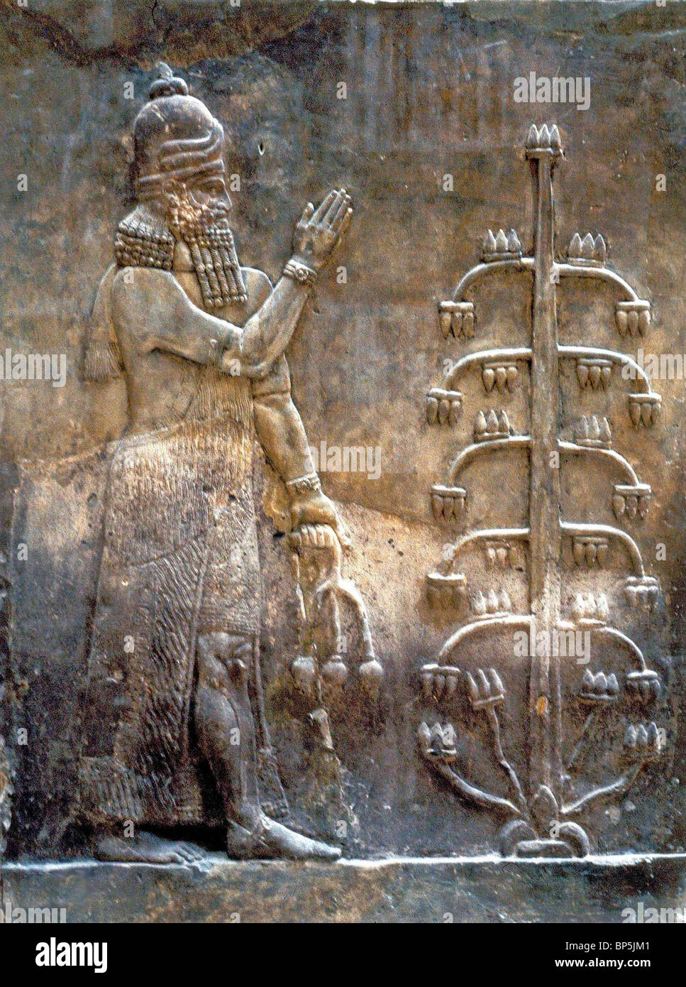 4053. PROTECTIVE SPIRIT AND THE TREE OF LIFE, WALL RELIEF FROM BABYLON, C. 7TH. C. BC Stock Photo