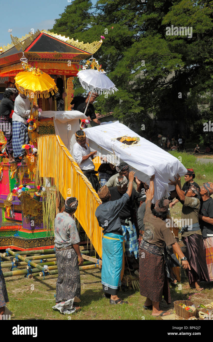 Indonesia, Bali, cremation ceremony, the body lowered from the cremation tower, - Stock Image