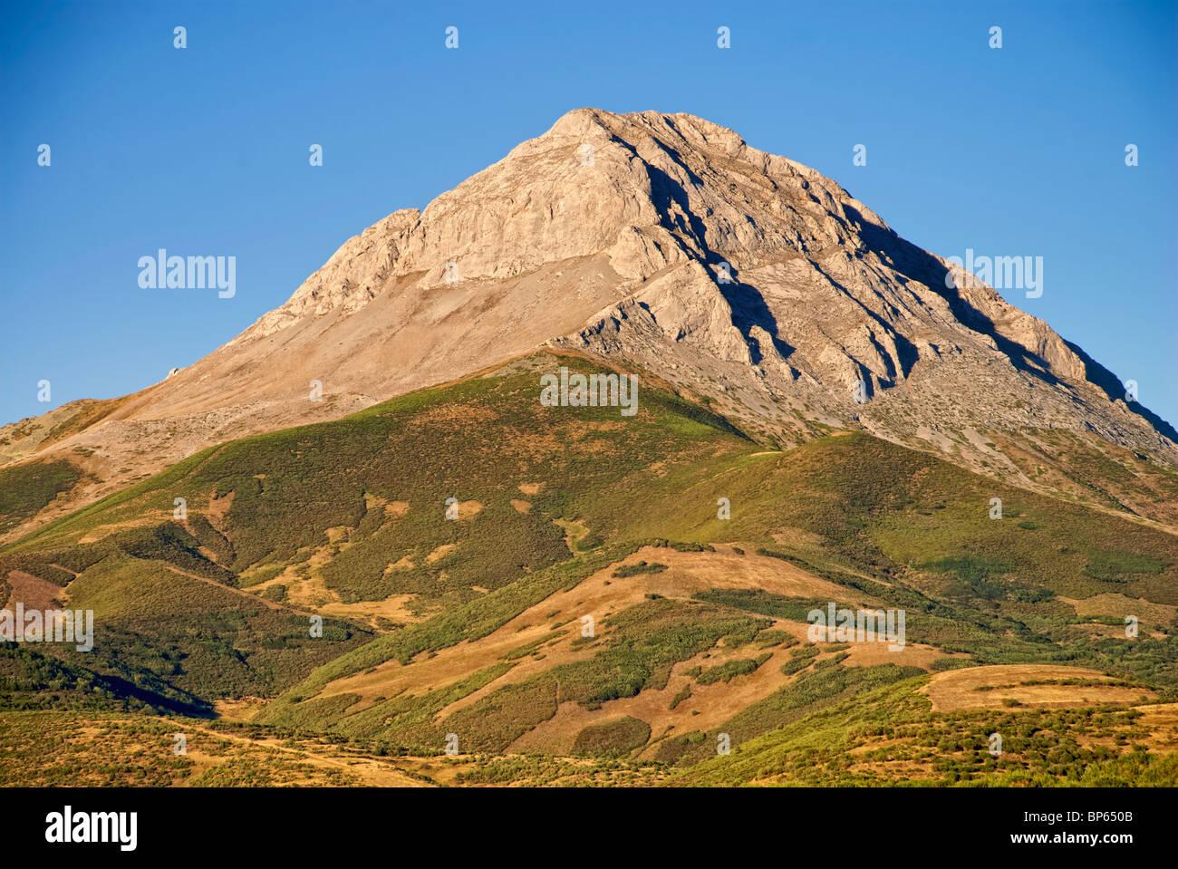 Espigüete Peak. Fuentes Carrionas y Fuente Cobre-Montaña Palentina Natural Park. Palencia province. Castilla - Stock Image