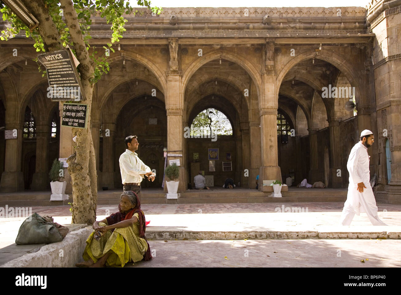 Daily life around the courtyard of the Sidi Saiyyed Mosque in Ahmedabad, Gujarat, India. - Stock Image