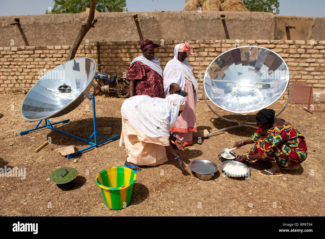 West Africa Mali Bandiagara in Dogon land, woman with solar cooker preparing food in solar workshop - Stock Image
