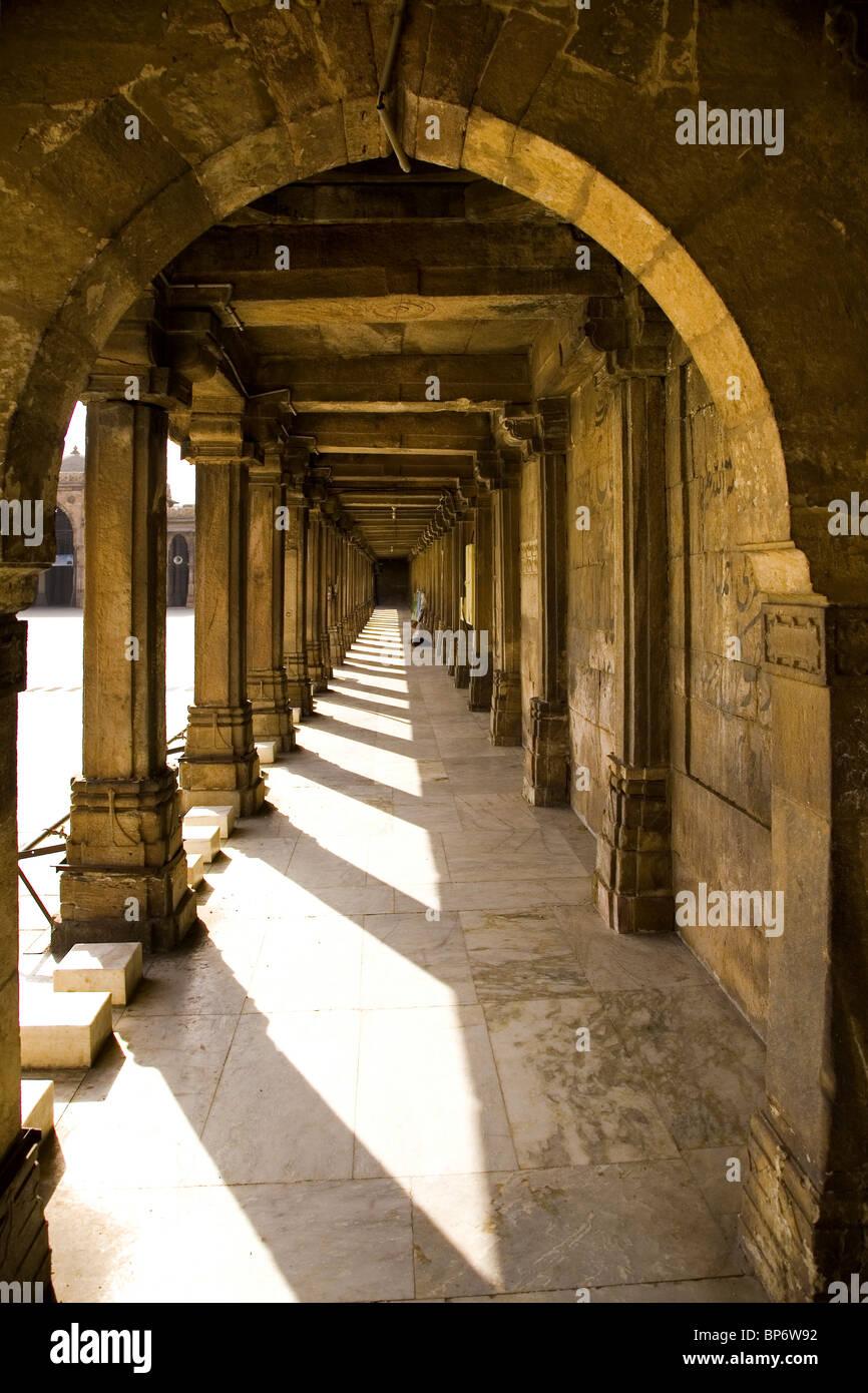 A shaded walkway at the Jamma Masjid (Friday Mosque) in Ahmedabad, Gujarat, India. - Stock Image