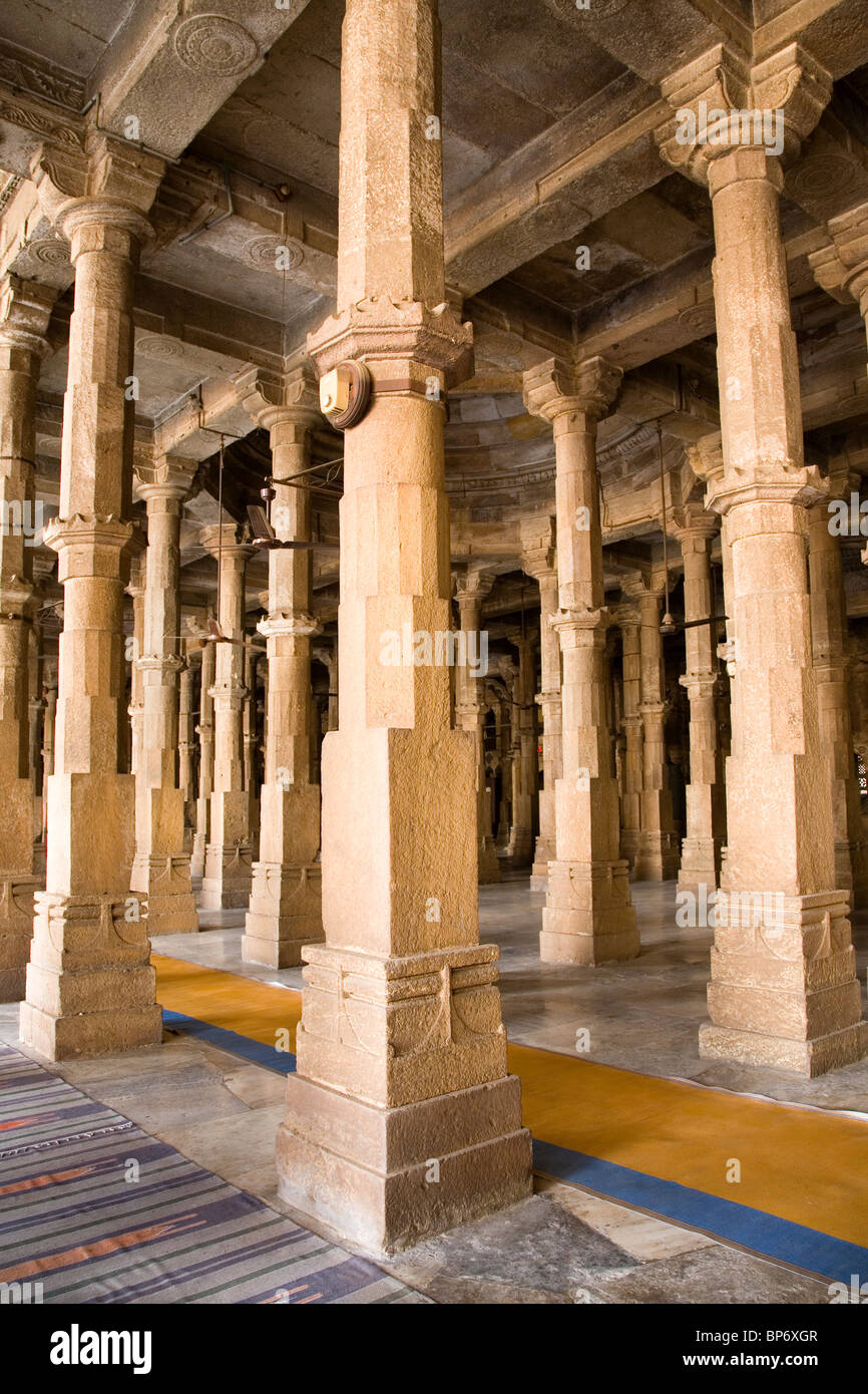 Carved pillars in the prayer hall of the Jamma Masjid (Friday Mosque) in Ahmedabad, Gujarat, India. - Stock Image