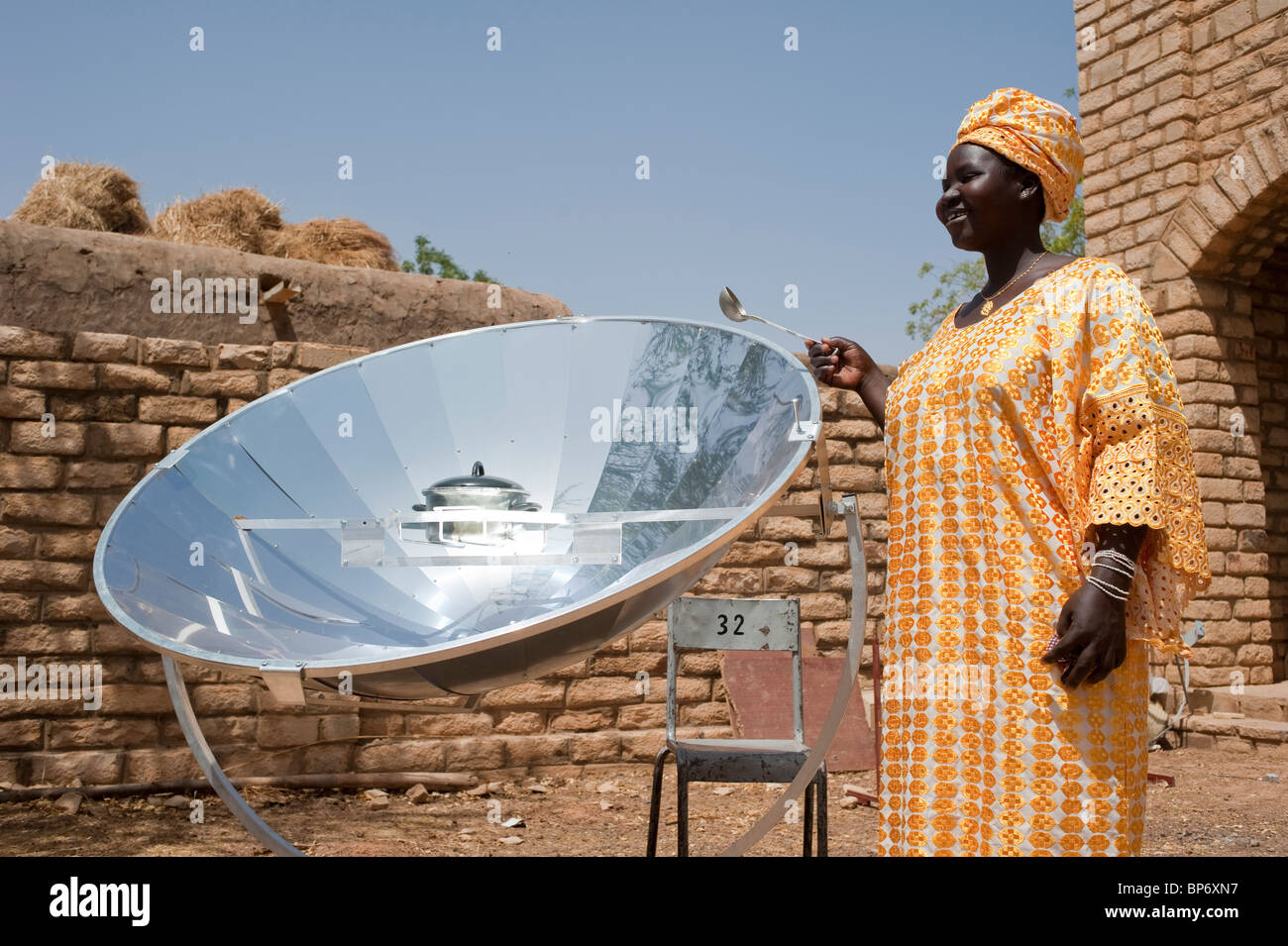 West Africa Mali Bandiagara in Dogon land, woman with solar cooker preparing food - Stock Image