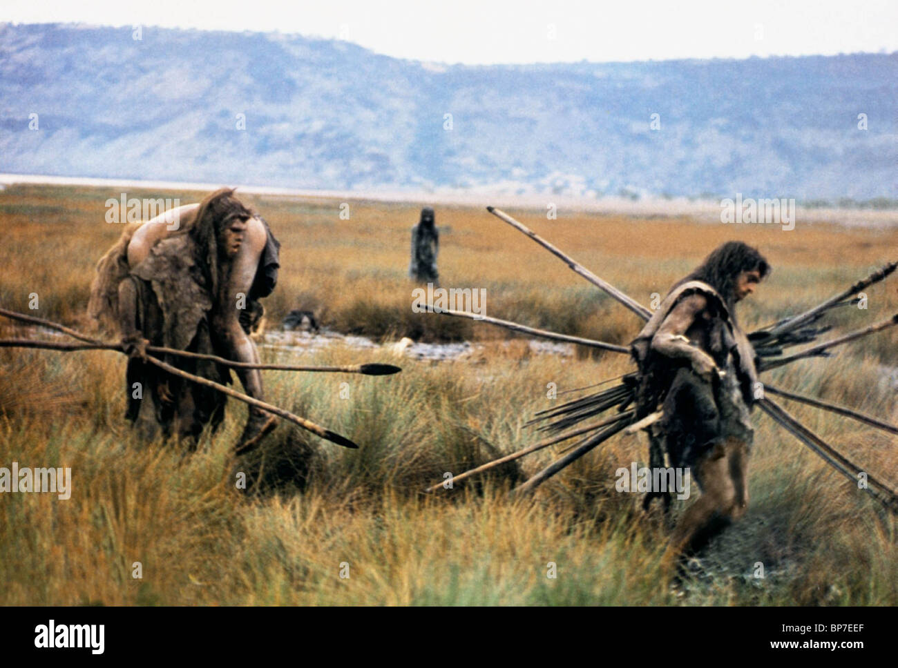 PREHISTORIC TRIBESMEN QUEST FOR FIRE (1981) - Stock Image