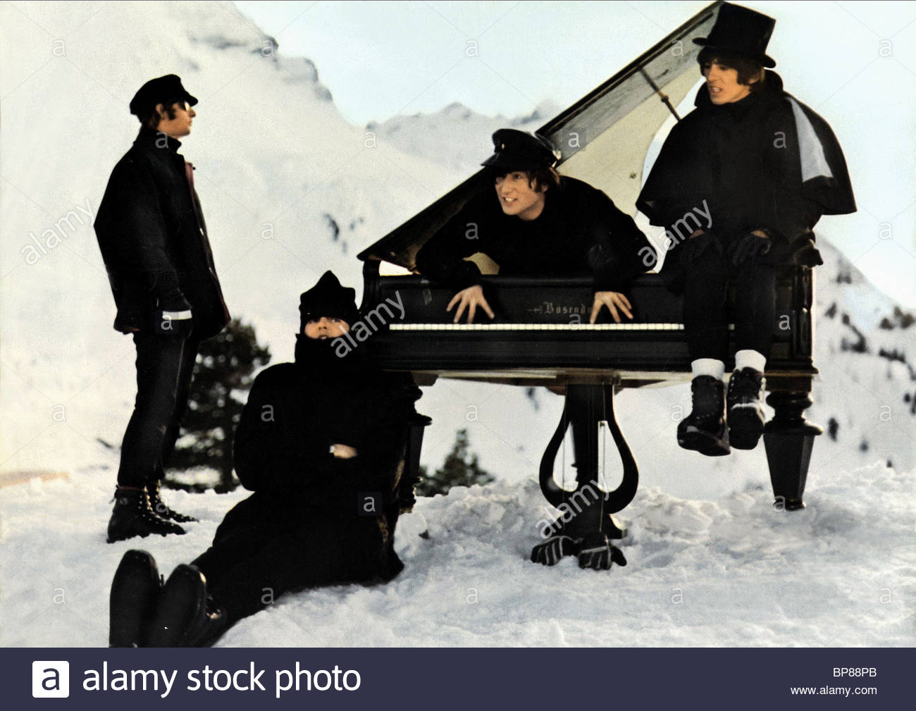 RINGO STARR PAUL MCCARTNEY JOHN LENNON GEORGE HARRISON HELP! THE BEATLES (1965) - Stock Image