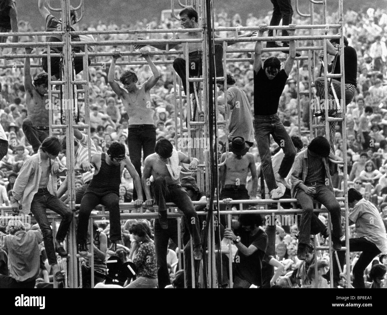 CONCERTGOERS CLIMB SCAFFOLD WOODSTOCK (1970) Stock Photo