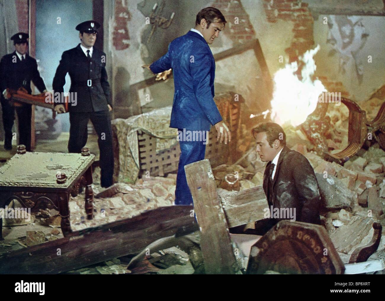 ROD TAYLOR & CHRISTOPHER PLUMMER NOBODY RUNS FOREVER; THE HIGH COMMISSIONER (1968) - Stock Image