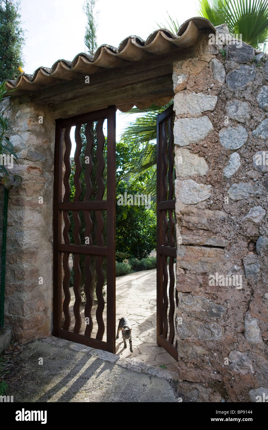 Cat in the garden gate of Ca's Curial Finca Hotel, Soller, Mallorca, Balearic Islands, Spain, Europe - Stock Image