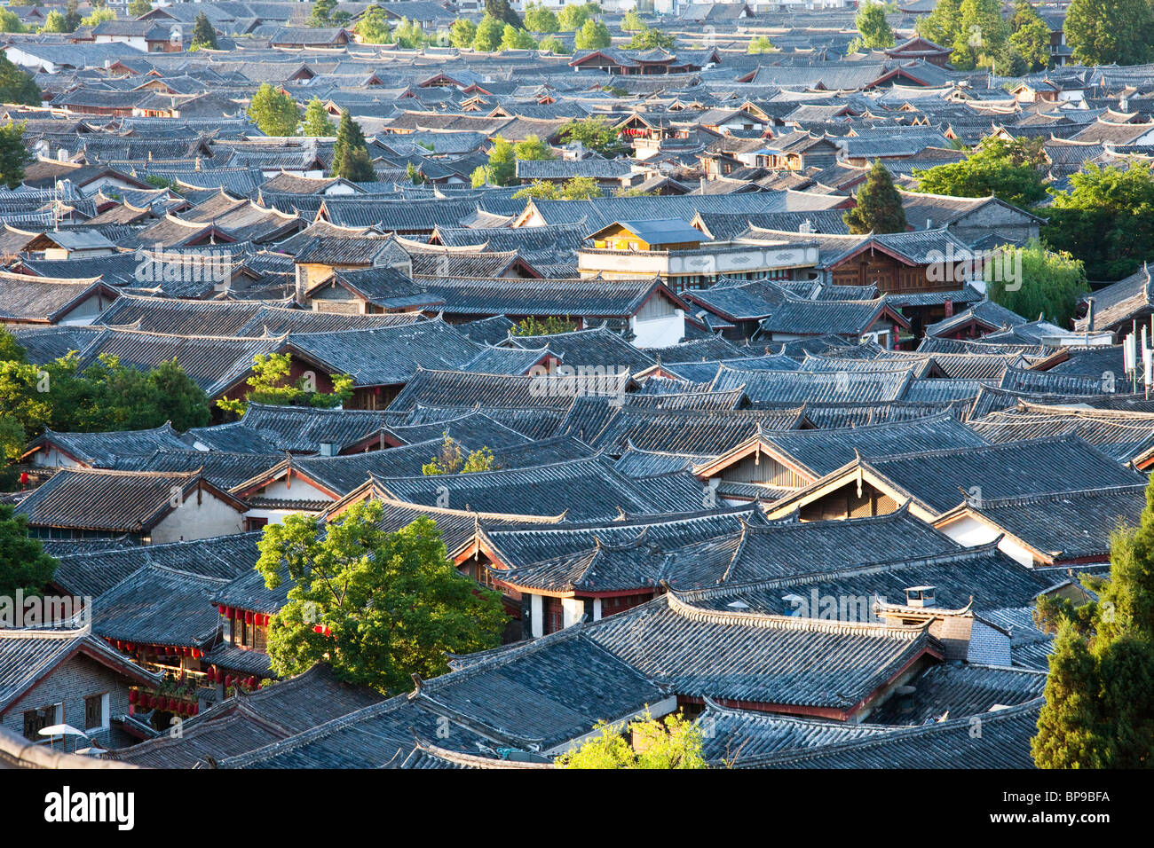 Rooftop view of the old town in Lijiang, Yunnan Province, China Stock Photo