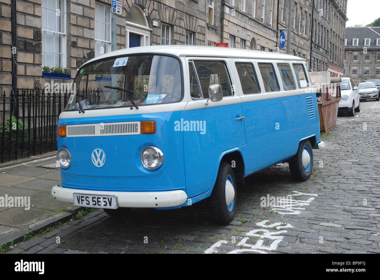 VW camper van parked on a cobbled street in the centre of Edinburgh. - Stock Image