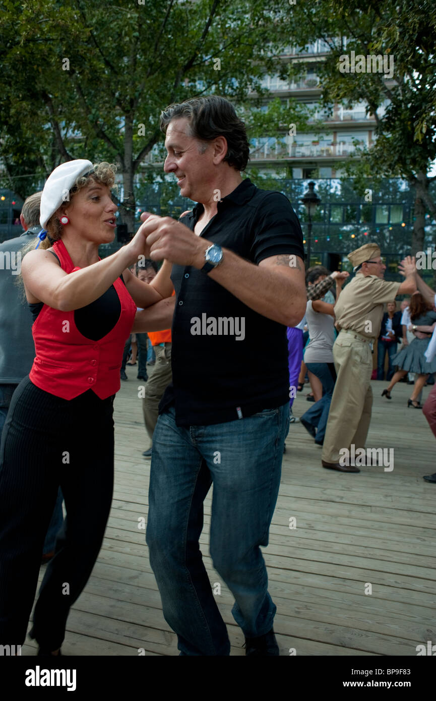 Paris, France, Adult Couples in Retro Clothing 'Rock n Roll' Style Swing Dancing at 'Paris Plages' - Stock Image