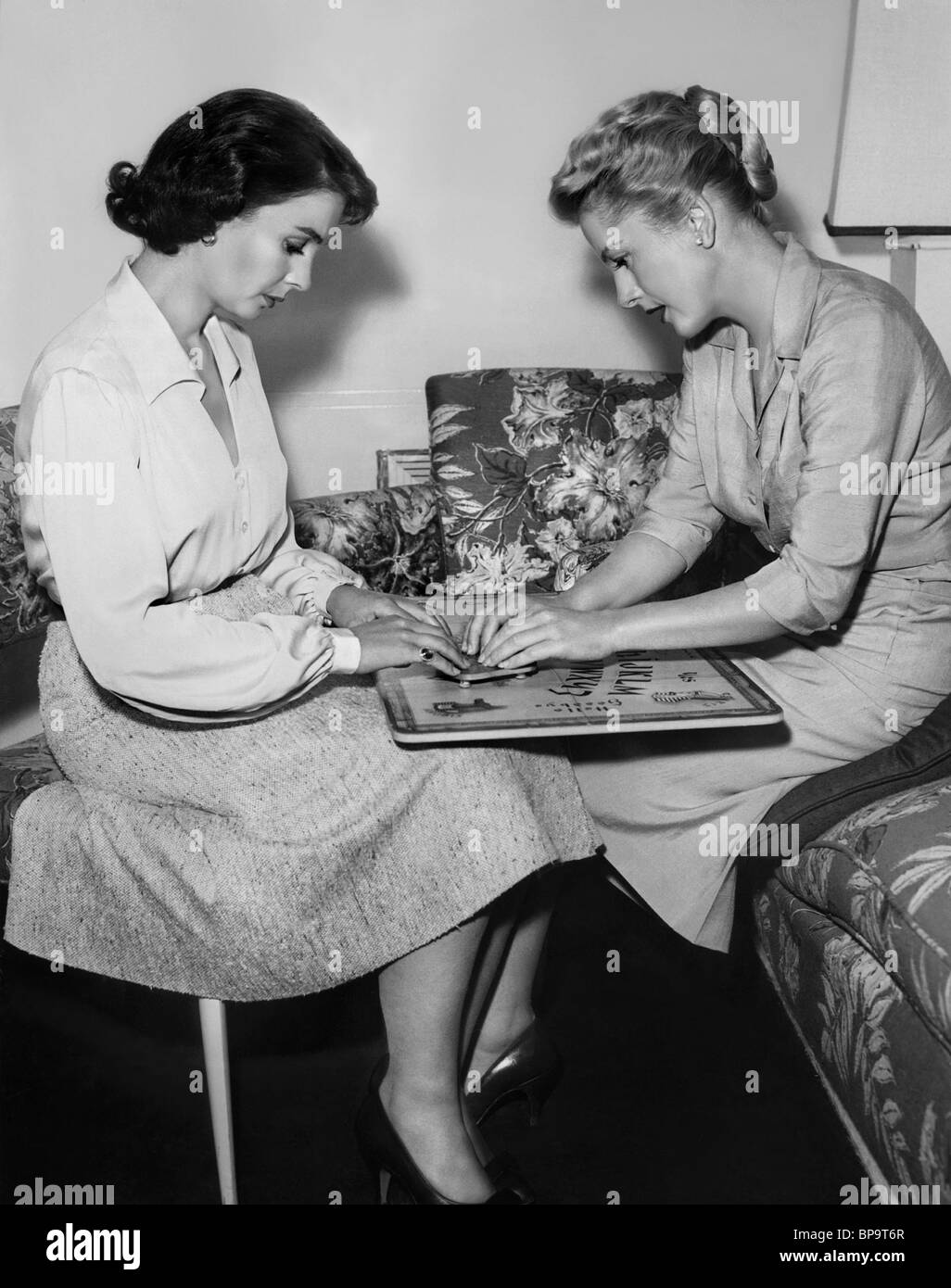JEAN SIMMONS, JOAN FONTAINE, UNTIL THEY SAIL, 1957 - Stock Image