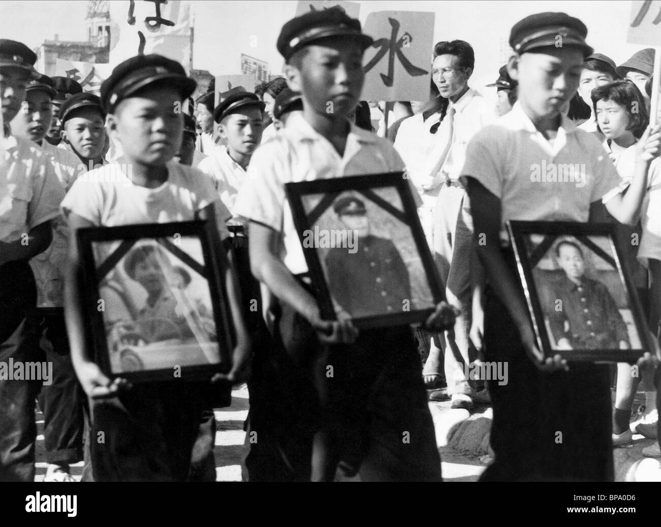 CHILDREN MARCH IN THE STREET HIROSHIMA MON AMOUR (1959) - Stock Image