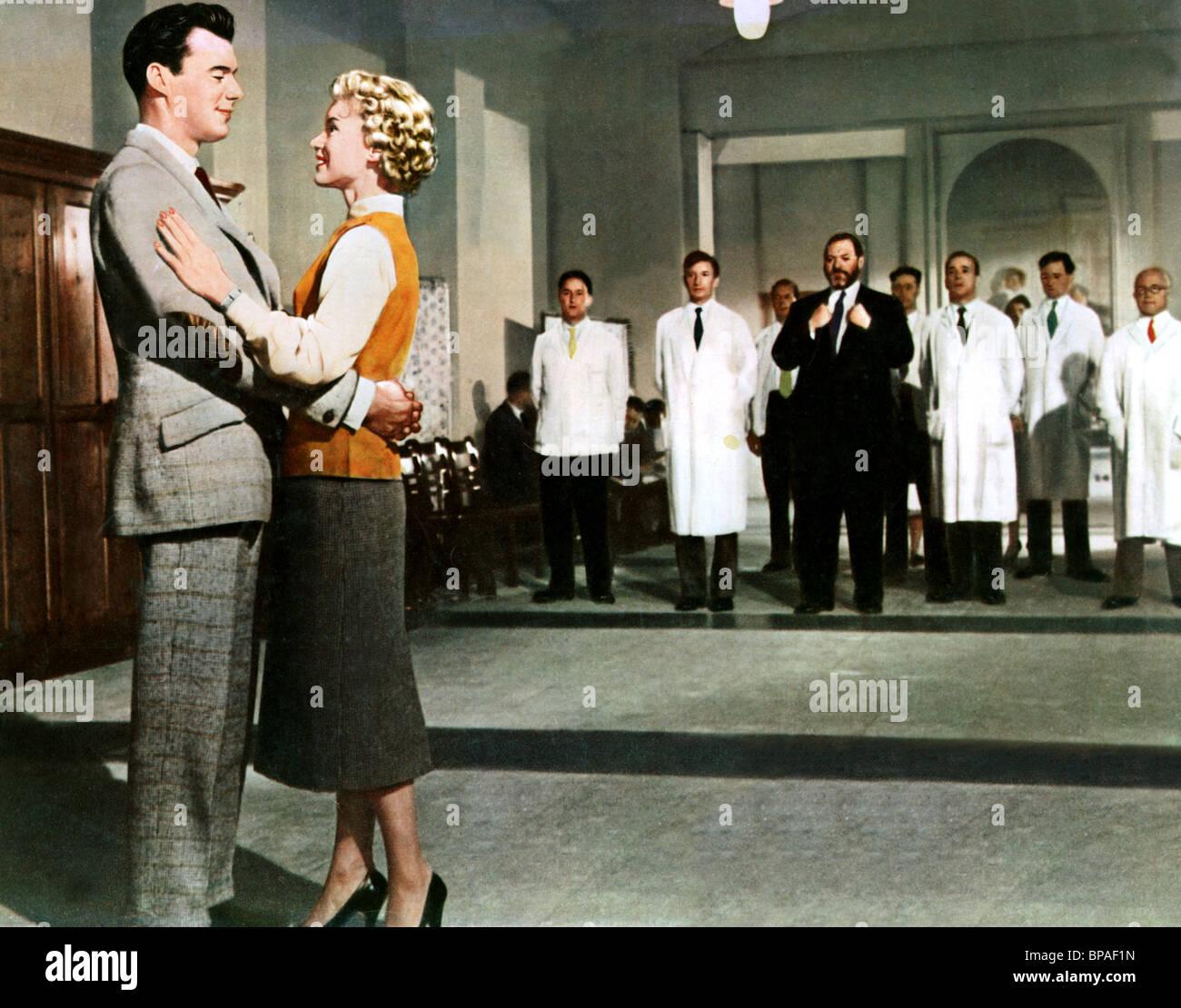 DIRK BOGARDE, MURIEL PAVLOW, JAMES ROBERTSON JUSTICE, DOCTOR AT LARGE, 1957 - Stock Image