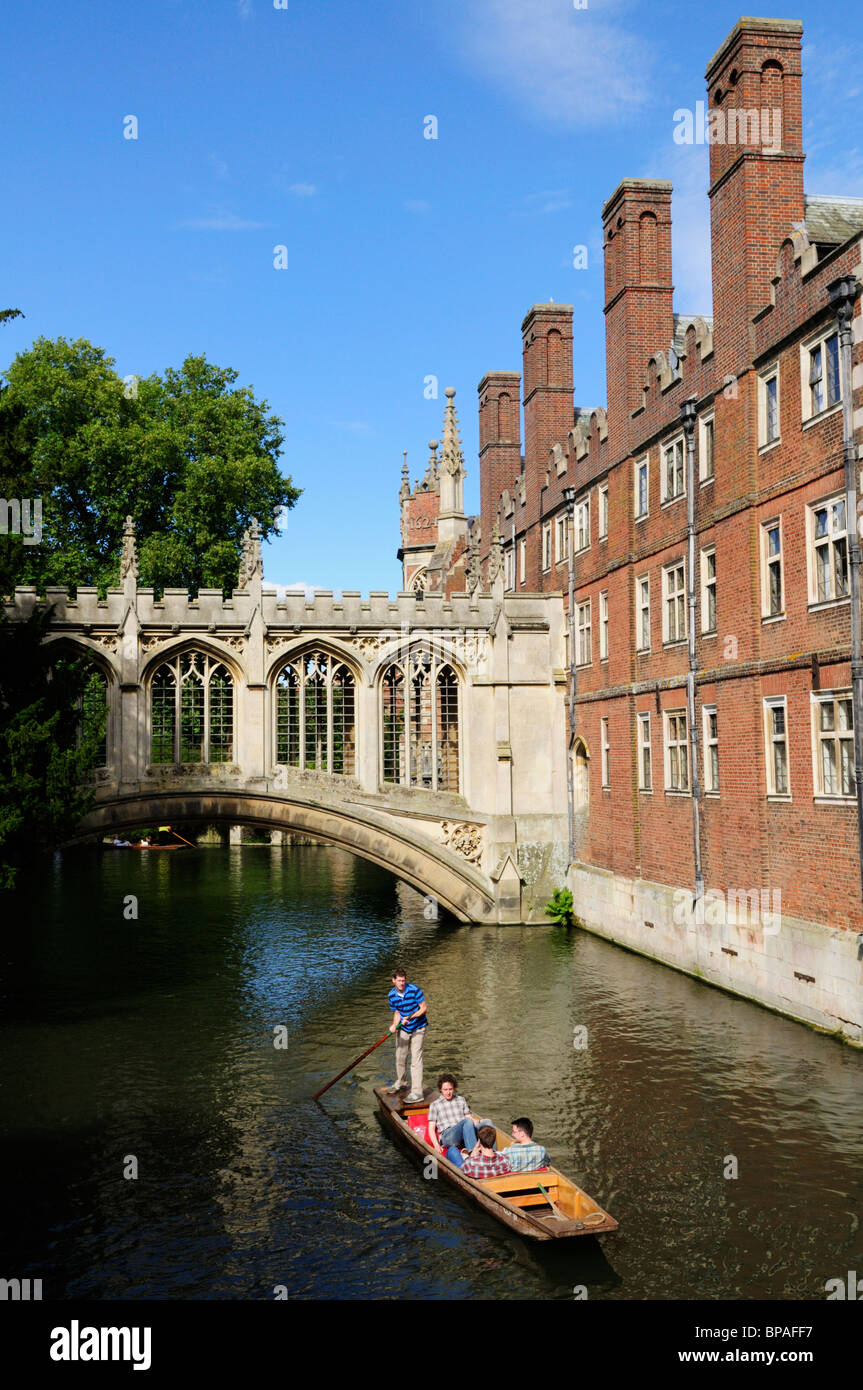 Tourists Punting by the Bridge of Sighs, St Johns College, Cambridge, England, UK - Stock Image