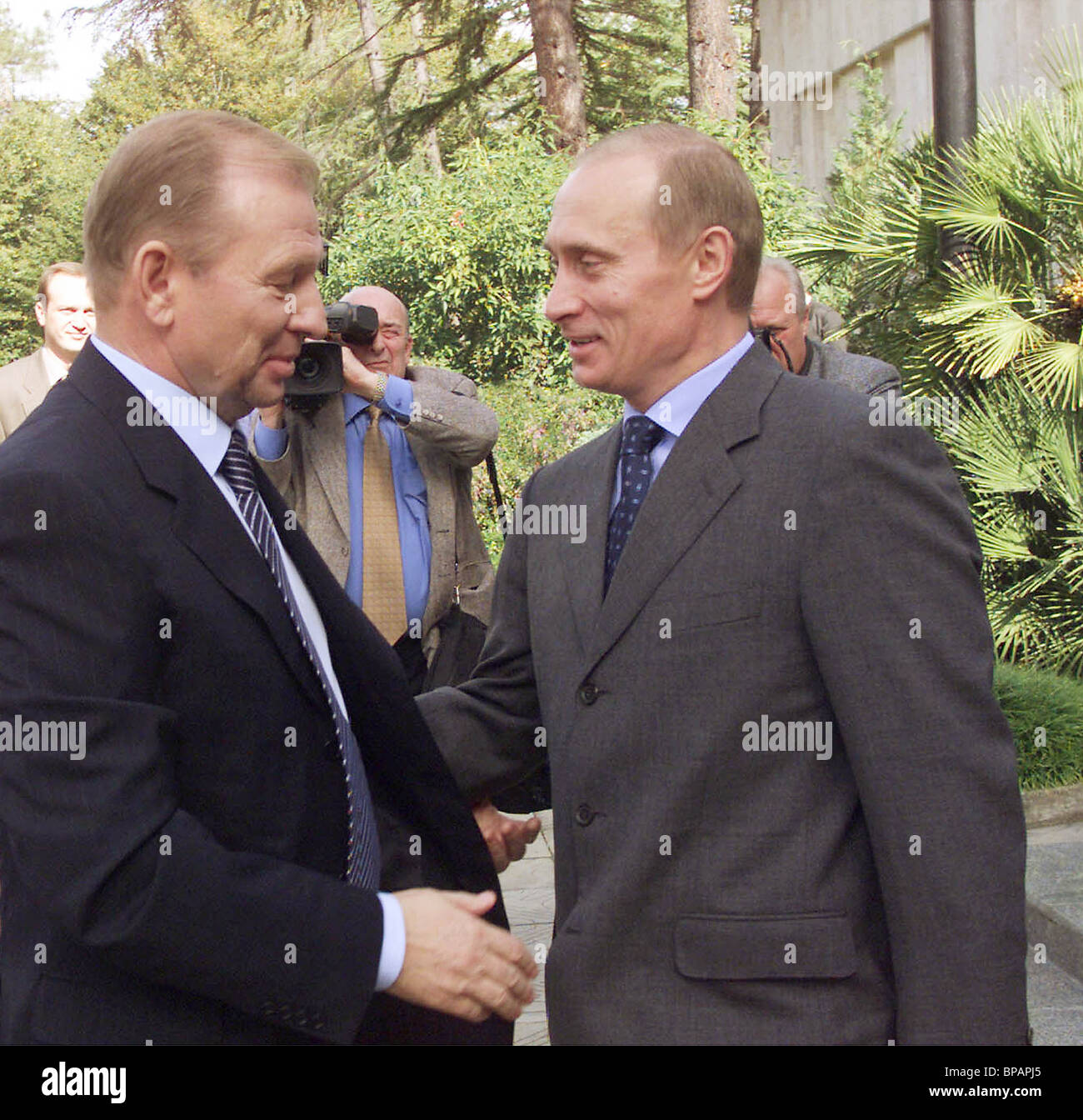 Russian President Vladimir Putin and his Ukrainian counterpart Leonid Kuchma seen speaking to journalists after - Stock Image