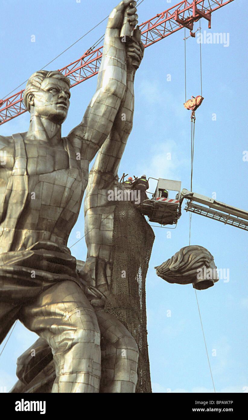 Famous sculpture is dismantled for restoration - Stock Image