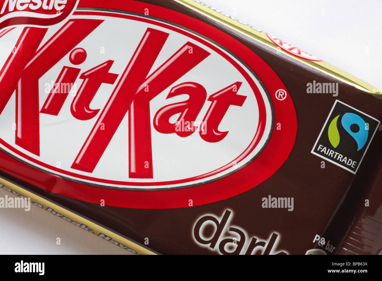 Estremamente Fairtrade logo on dark plain Kit Kat chocolate bar - KitKat Kit GT82