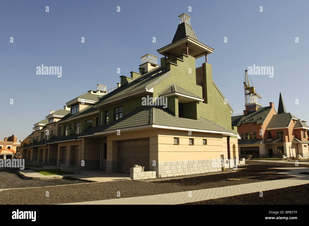 MOSCOW, RUSSIA. Pictured is a green-roofed townhouse in Moscow's Kurkino District. (Photo ITAR-TASS / Yuri Mashkov) - Stock Image