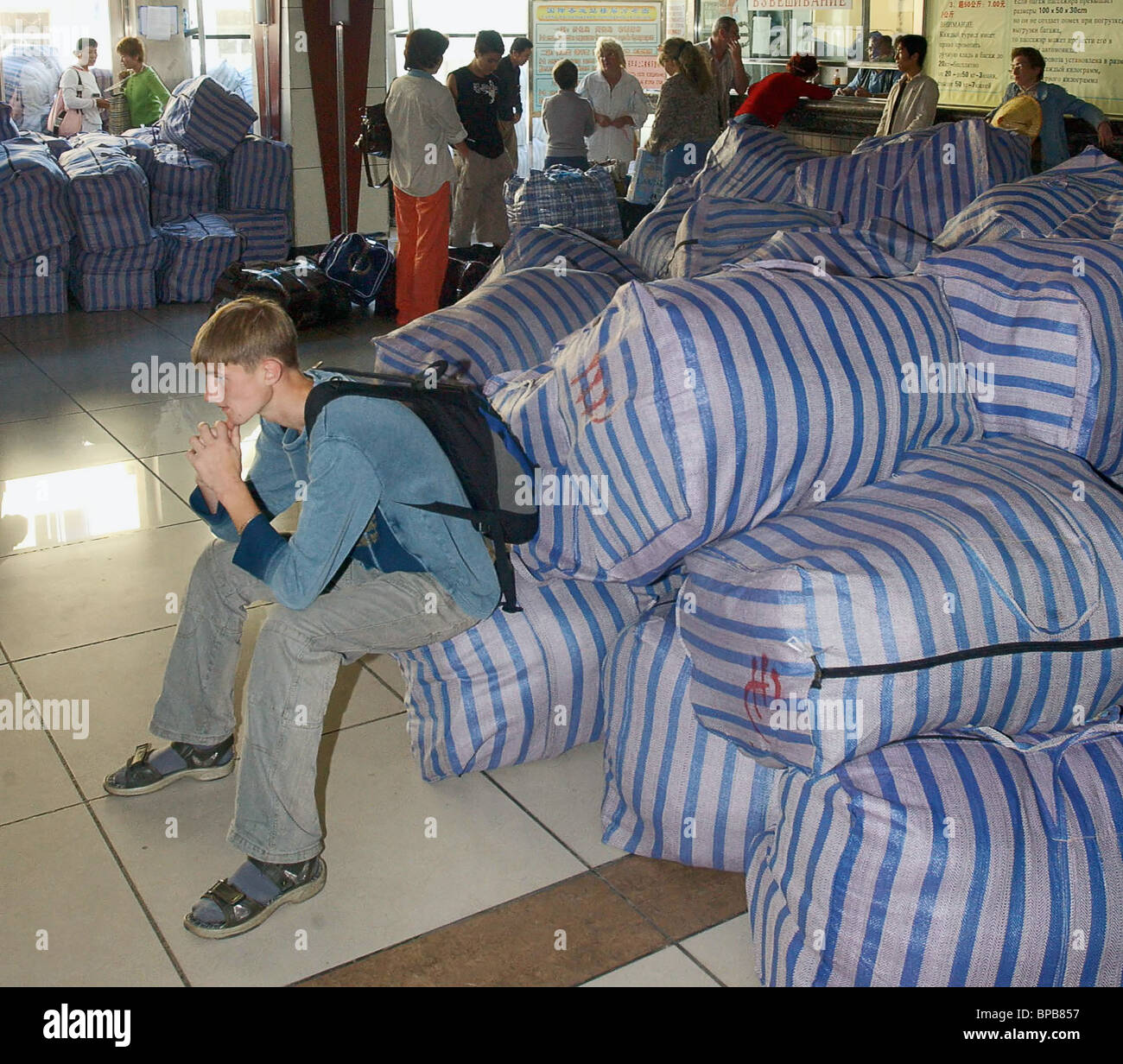Russian petty dealers with purchases return from China - Stock Image