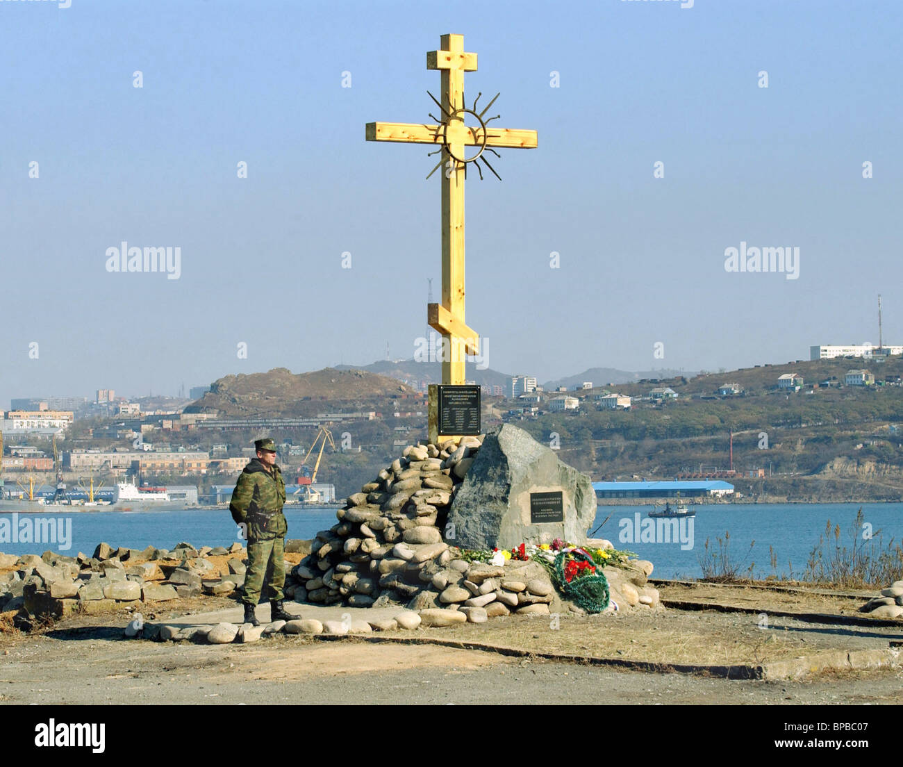Vladivostok: wooden cross of the Memorial of the Concord and Conciliation , inaugurated on the Russkii island. - Stock Image