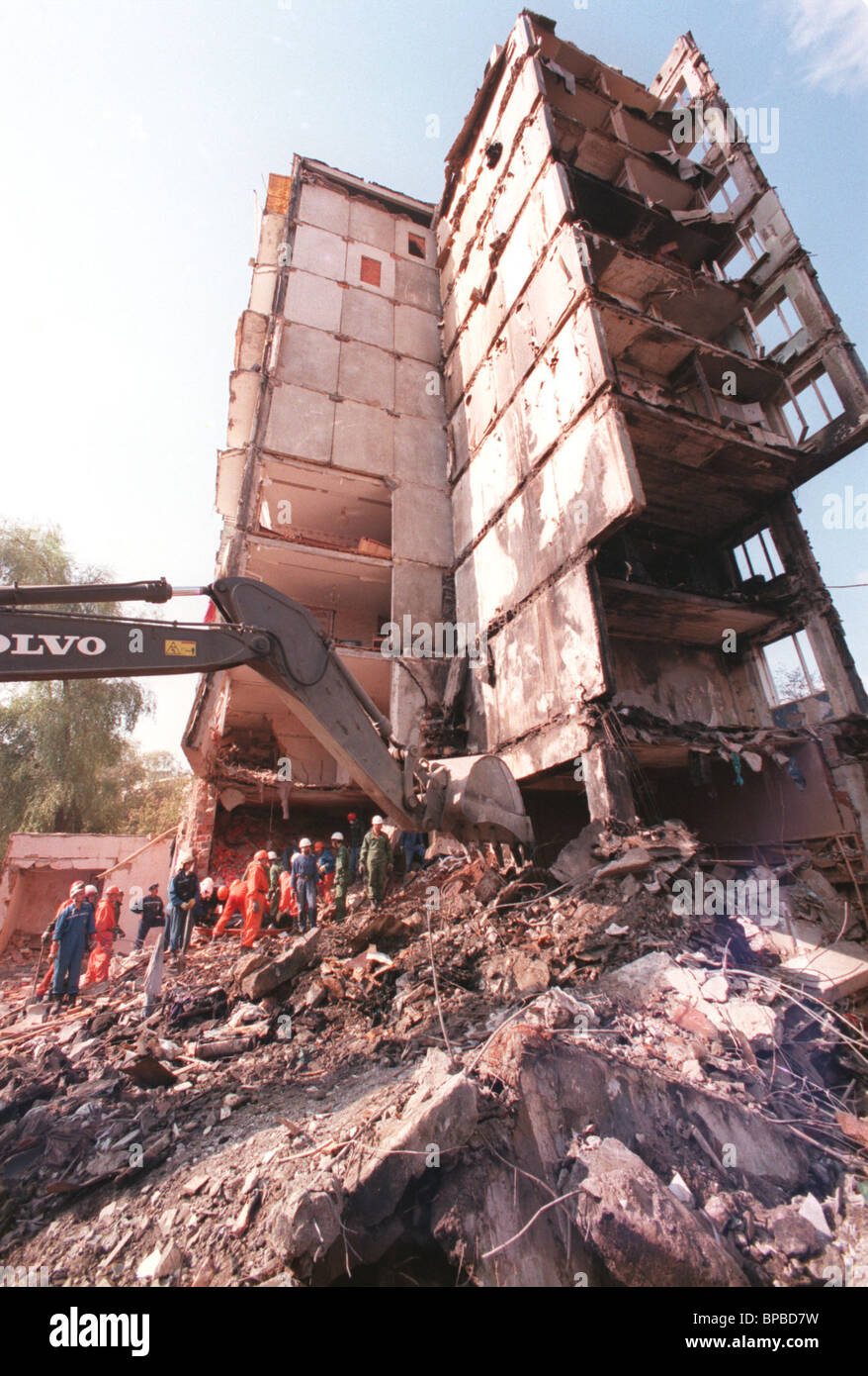 сlean-up operations at the site of an explosion in the apartment block on Moscow's Guryanov Street - Stock Image