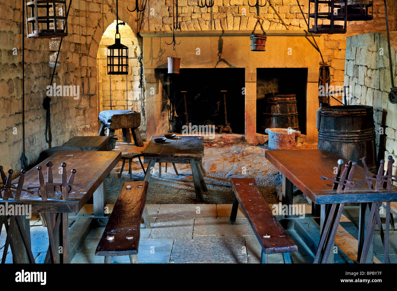 France: Medieval dining room and kitchen in the Chateau de Beynac - Stock Image