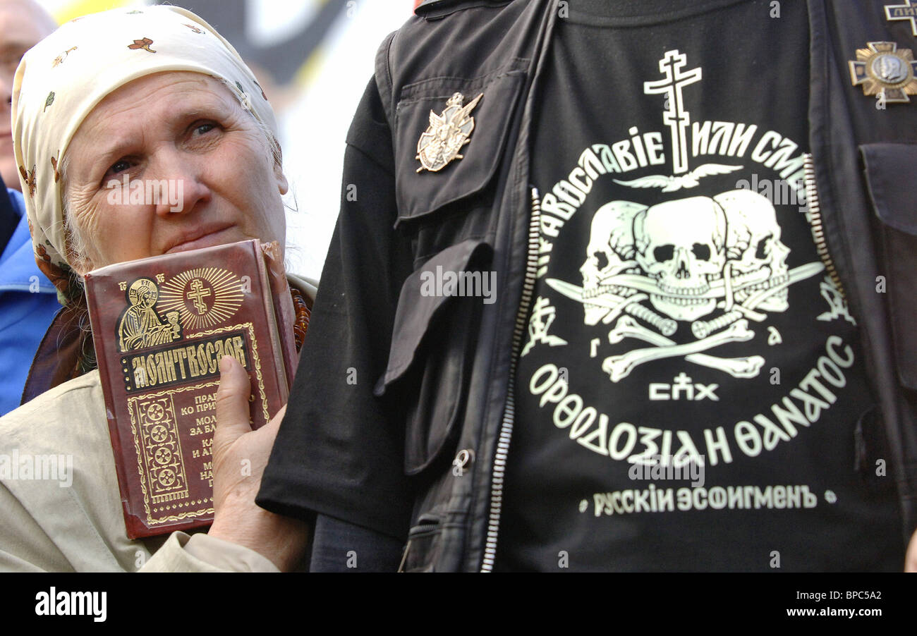 Members of Union of Orthodox Citizens burn down Da Vinci Code movie posters outside Moscow's Pushkinsky Cinema Theatre - Stock Image