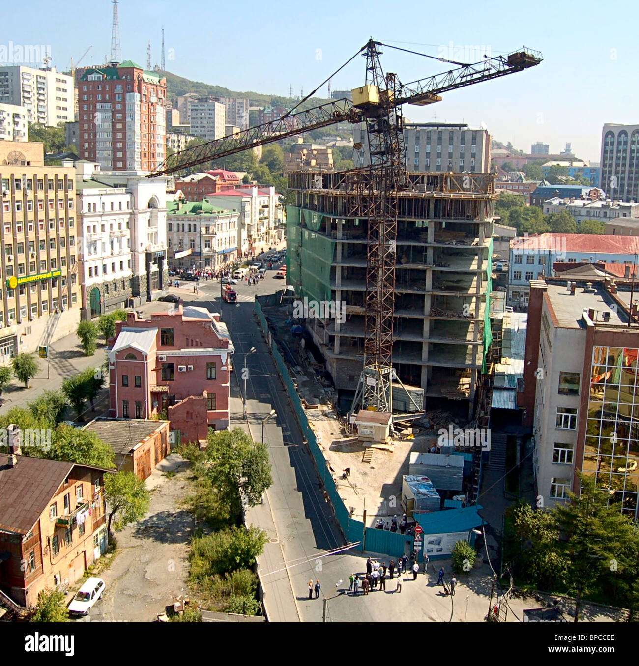 Tower crane about to collapse at construction site in Vladivostok - Stock Image