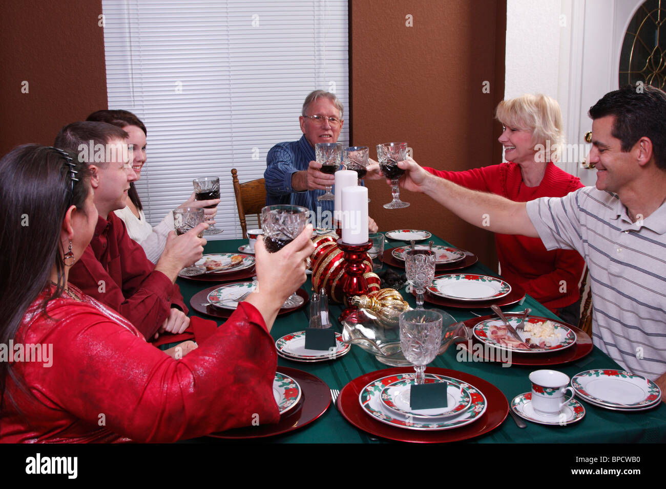 Family toasting at Christmas dinner - Stock Image